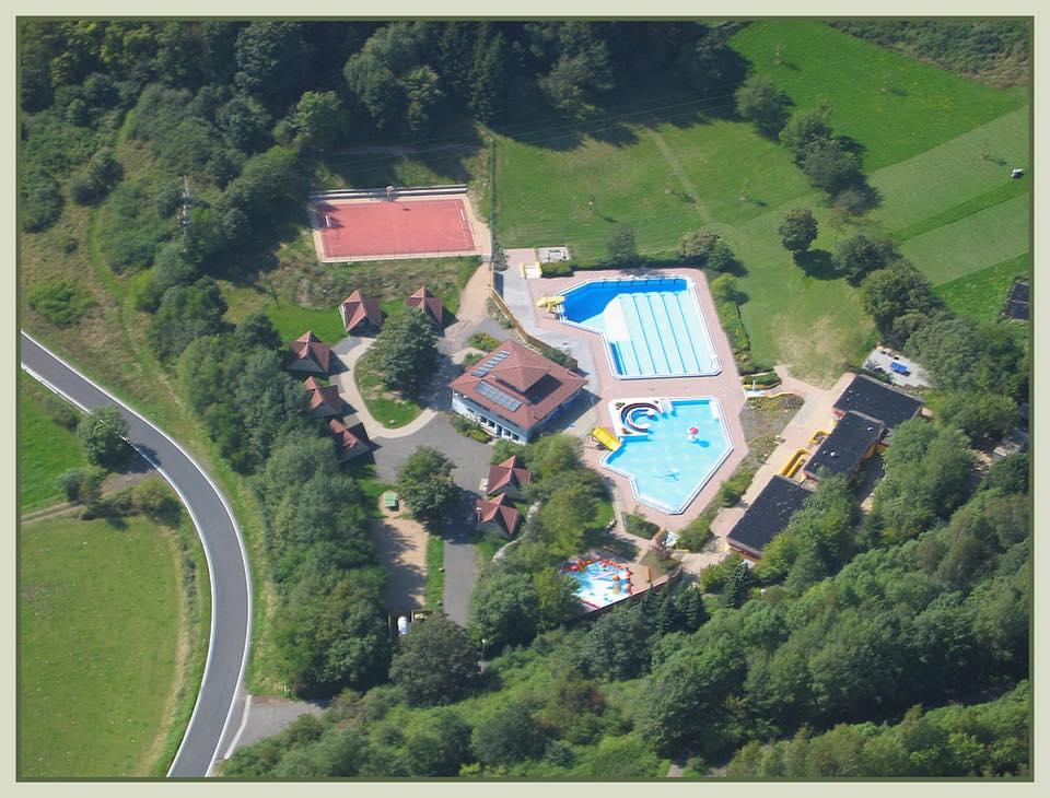 Bild zeigt Luftaufnahme vom Freizeitbad Brohltal